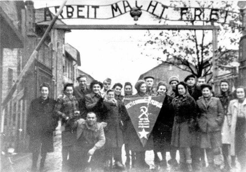 Léa Bibergal apparaît su rcette photo prise quelques semaines après la libératin d'Auschwitz