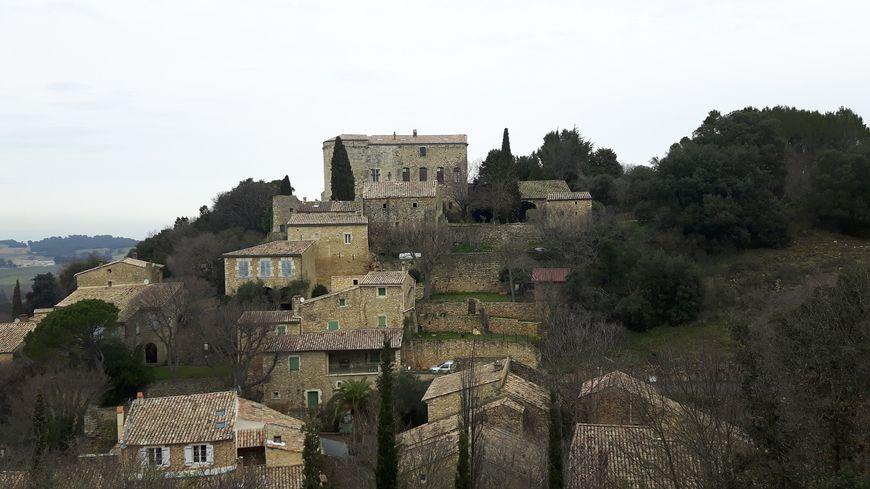 Sur les hauteurs de Vénéjan le chateau ( privé )