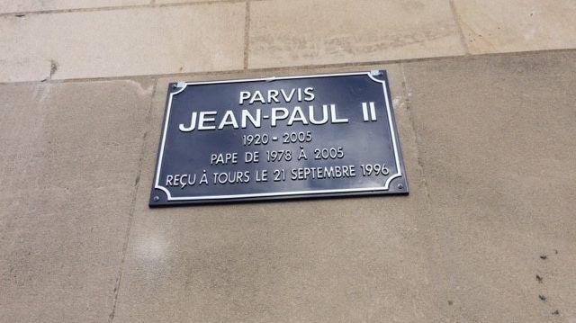 La plaque Jean-Paul II sur le fronton de la basilique Saint Martin