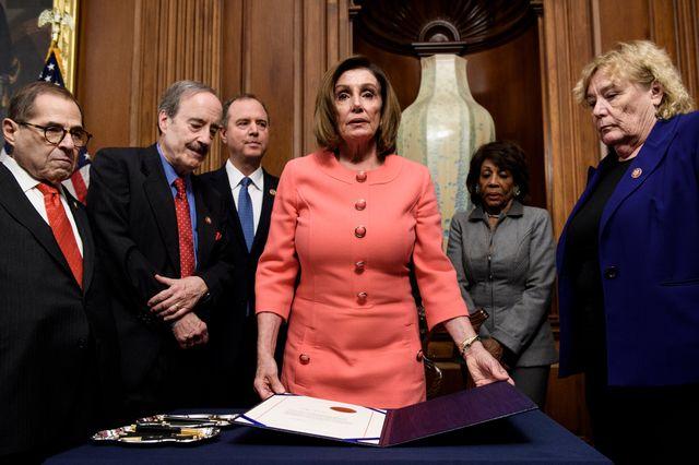 La présidente de la majorité démocrate à la Chambre des représentants, Nancy Pelosi, devant les articles d'impeachment du président Trump, le 15 janvier 2020.