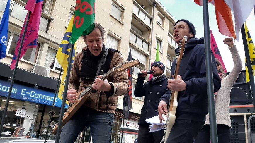 Des intermittents du spectacle animent la manifestation caennaise contre la réforme des retraites le 29 janvier 2020