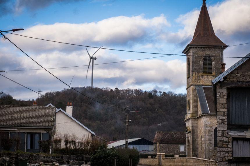 Vue des éoliennes depuis le village de Fouvent-Saint-Andoche