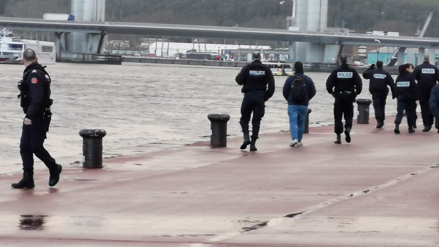L'homme a été repêché par une équipe de pompiers spécialisés dans le sauvetage aquatique.