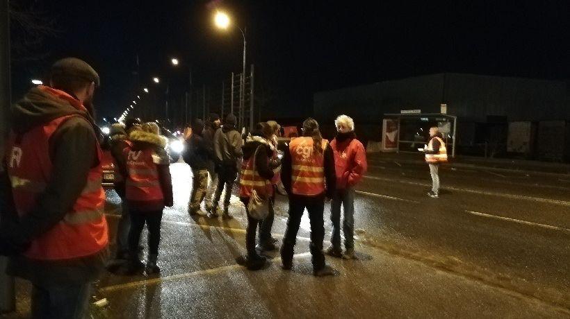 Une trentaine de militants syndicaux ont tracté dès 5 heures du matin.