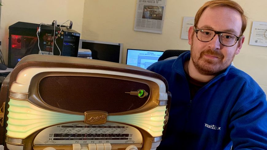 Laurent Petit-Duhen est électrotechnicien mais il s'est mis à la menuiserie pour restaurer complètement la radio de grand-père