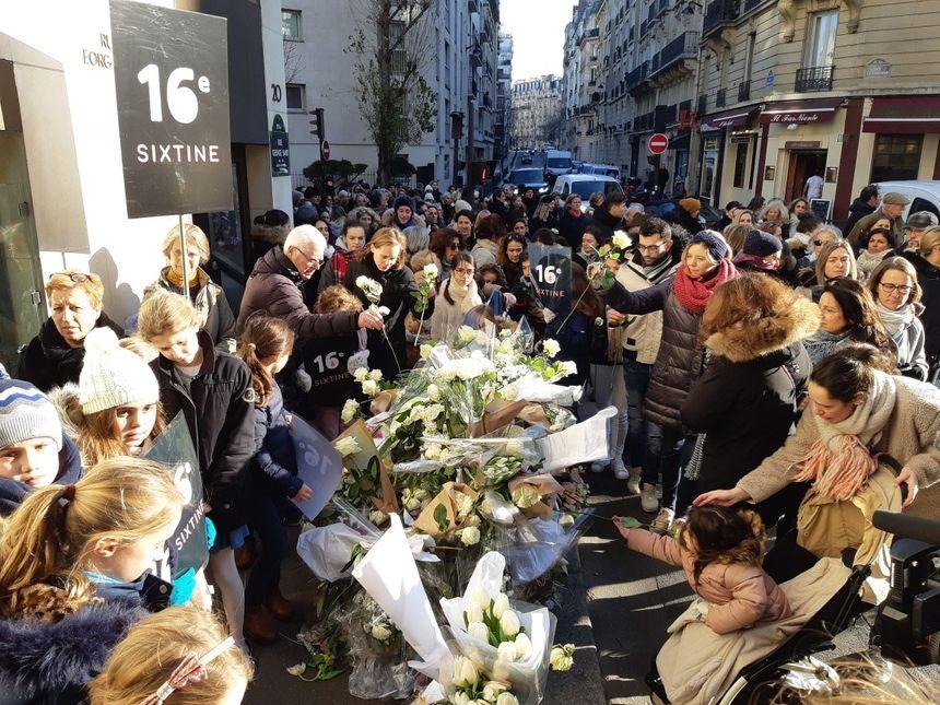Des fleurs ont été déposées à l'angle de la rue Jean de la Fontaine et de la rue George Sand, où la petite fille a été tuée