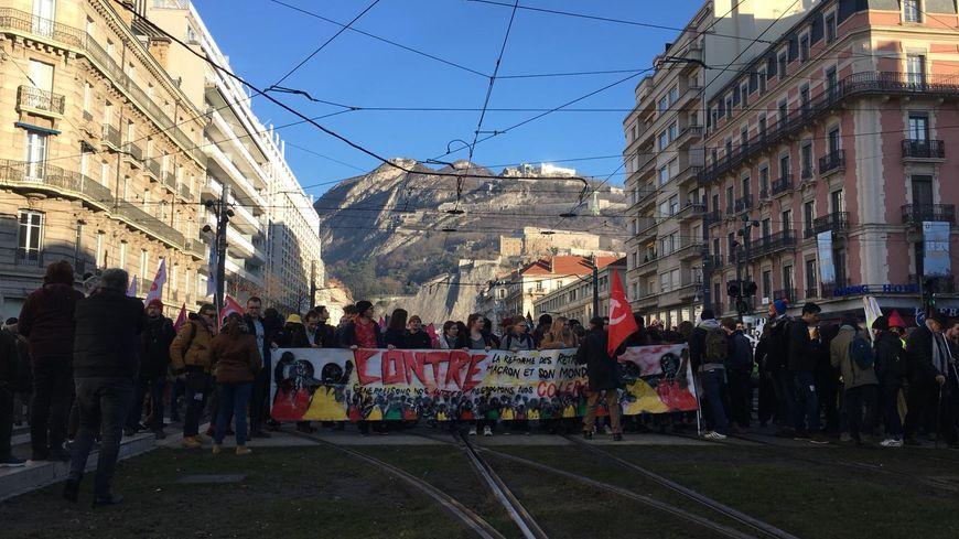 Les étudiants sont en tête du cortège contre la réforme des retraites de ce jeudi 9 janvier  à Grenoble