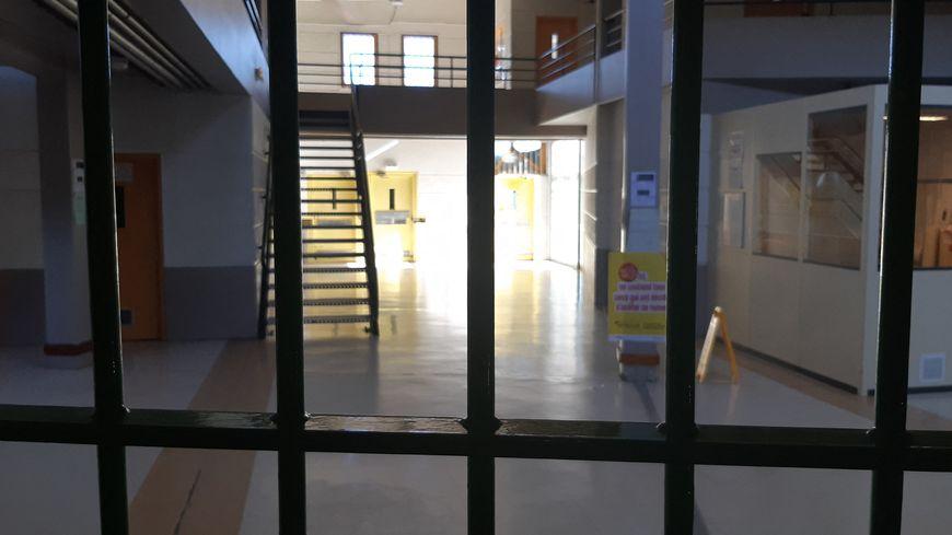 Selon le Conseil de l'Europe, la France fait partie des mauvais élèves en terme de surpopulation carcérale, avec un taux de 116 détenus pour 100 places, derrière la Roumanie (120).