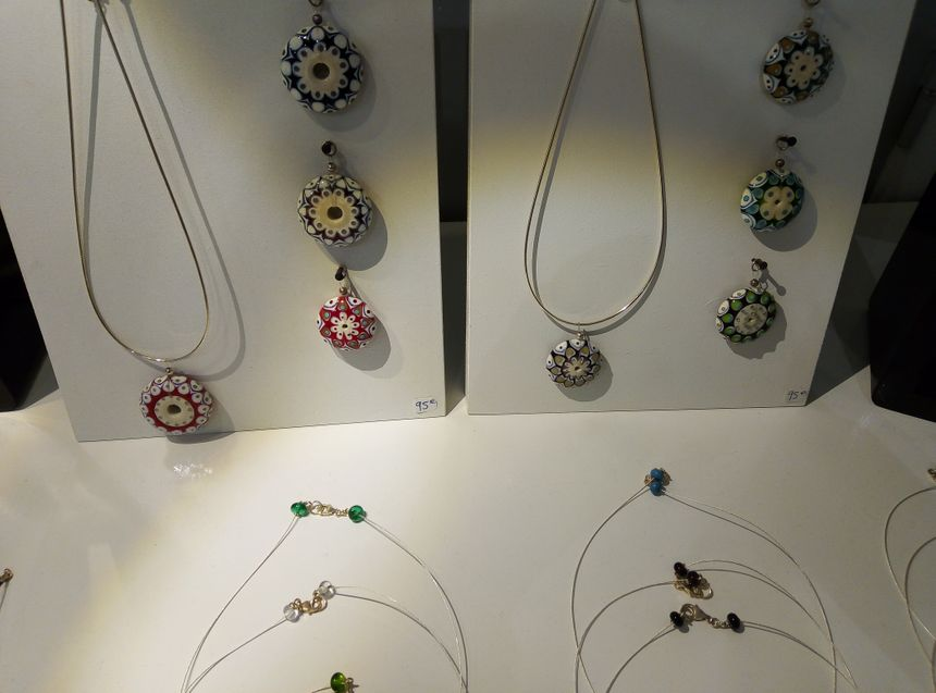 Des bijoux en verre aux effets de porcelaine signés Suzanne Zuniga.