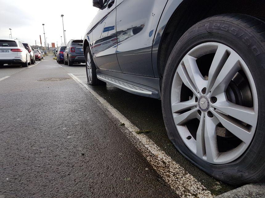 Certaines des 101 voitures vandalisées ont les quatre pneus crevés. La facture s'annonce salée pour les propriétaires des véhicules. Au moins 50 plaintes ont déjà été déposées.
