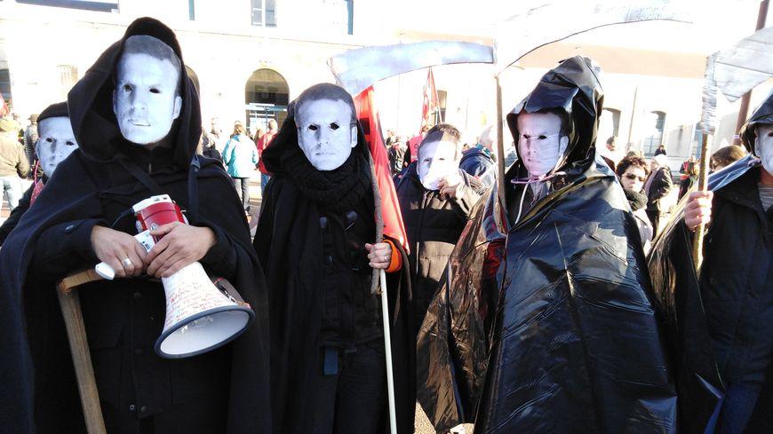 """Ces manifestants sont habillés en faucheuse car ils refusent """"de travailler jusqu'à la mort""""."""