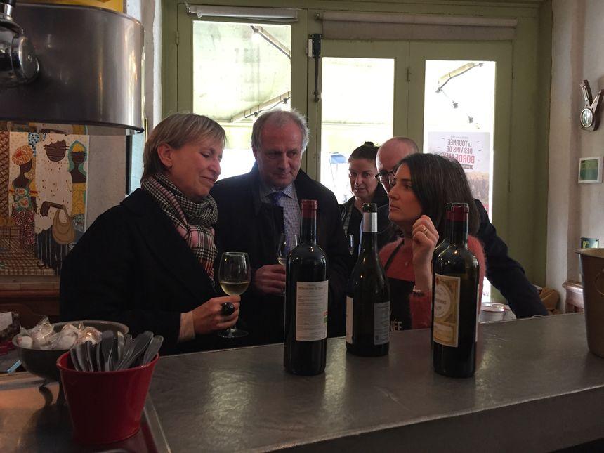 Fabienne Buccio, la préfète de la Gironde (à droite), est venue soutenir l'initiative des viticulteurs bordelais.