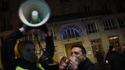 Contre la réforme des retraites :  intrusion à la CFDT et tentative d'intrusion pendant un spectacle auquel assistait Emmanuel Macron