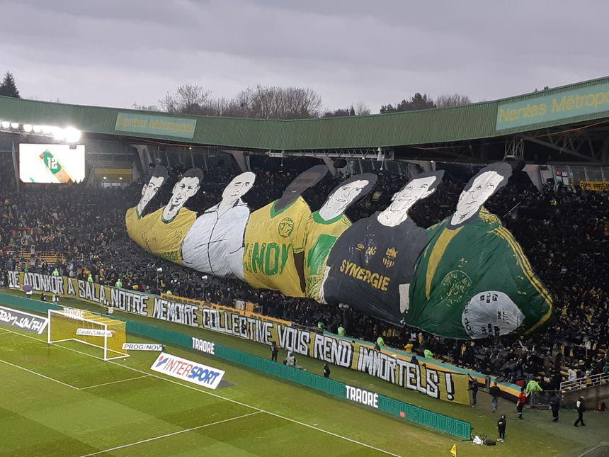 Les supporters de la Brigade Loire ont confectionné un superbe tifo pour rendre hommage aux anciennes gloires du FC Nantes.