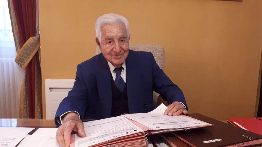 André Trigano - 93 ans -  dans le bureau de sa mairie de Pamiers. Il brigue son 5eme mandat