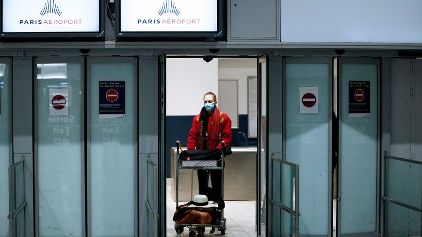 Une voyageuse de retour de France à l'aéroport de Roissy.