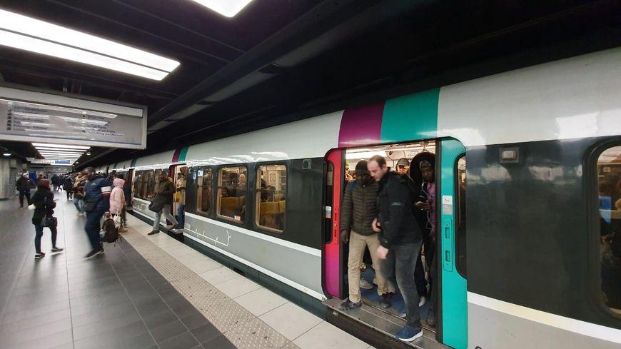 Des usagers du RER B à Paris pendant la grève contre la réforme des retraites