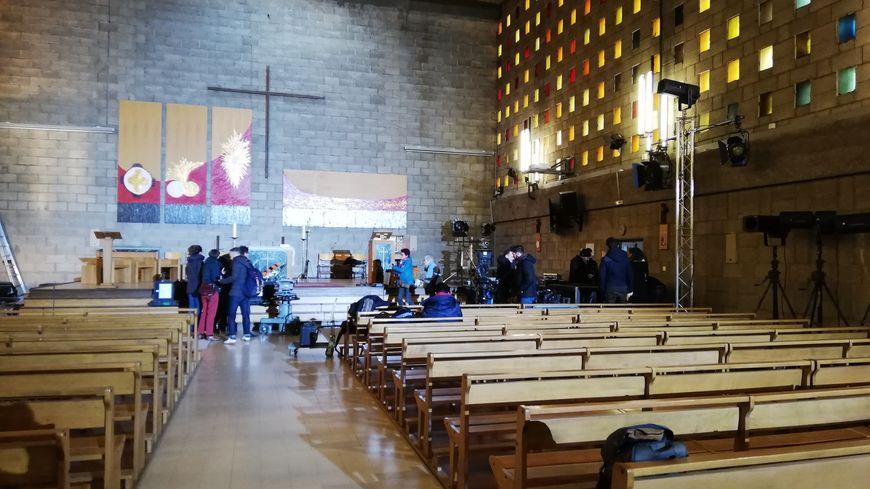 Six caméras sont installées pour filmer au mieux la messe dans l'église Sainte-Catherine.