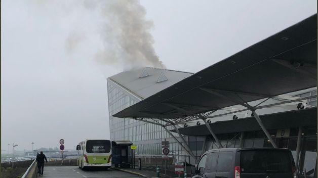 Un panache de fumée à l'aérogare de Lille-Lesquin