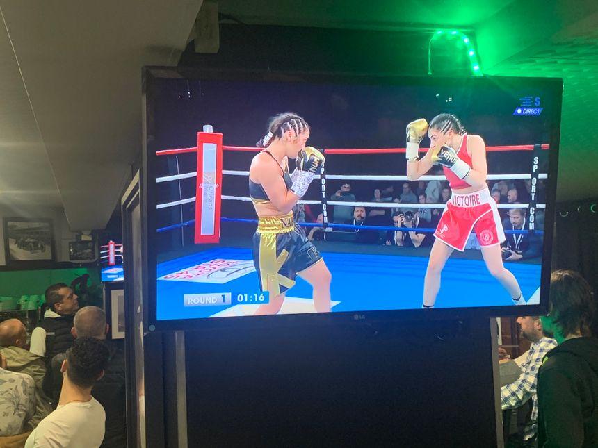 Les deux boxeuses se sont pratiquement rendues coups pour coup tant la décision des juges est serré à l'issue du combat