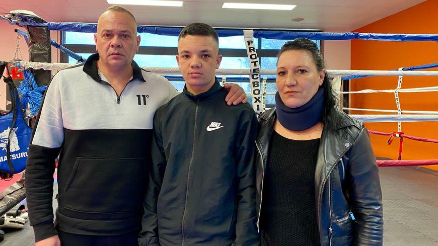Grégory entouré de ses deux parents