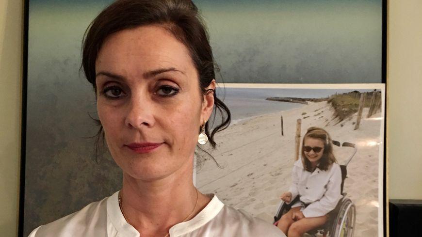 Stéphanie raconte le calvaire de sa fille Lou, morte à l'âge de 11 ans après une péritonite mal diagnostiquée, à l'hôpital Necker à Paris.
