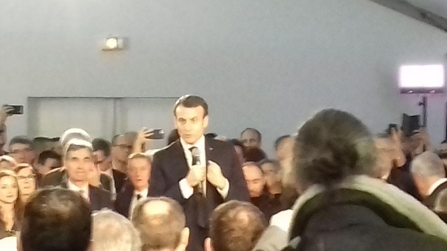 Emmanuel Macron pendant son discours devant une centaine de chefs d'entreprises charentais