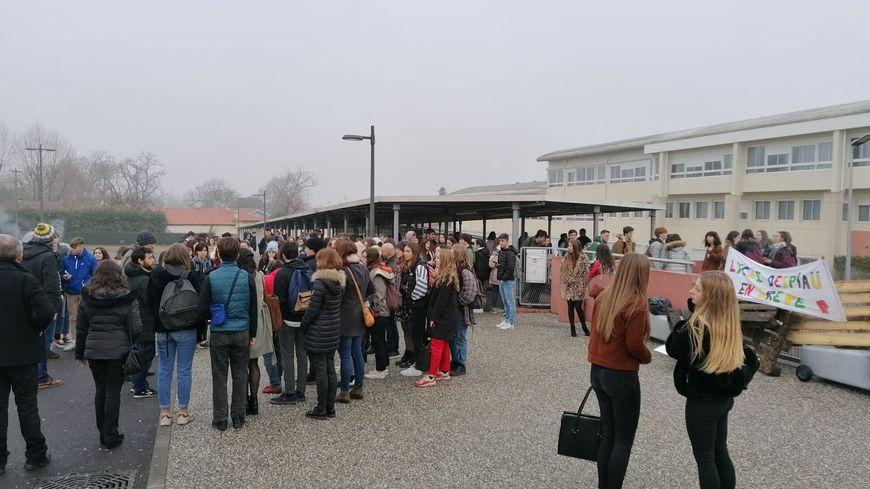 Les élèves et enseignants ont organisé un blocage filtrant devant le lycée.