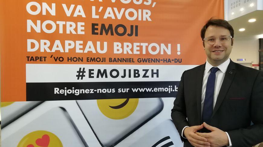 """Le président de la région Bretagne, Loïg Chesnais-Girard, lors du lancement de l'émoji """"drapeau breton""""."""