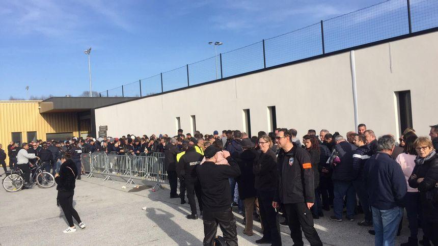 La foule devant les grilles du stade du Pau FC.