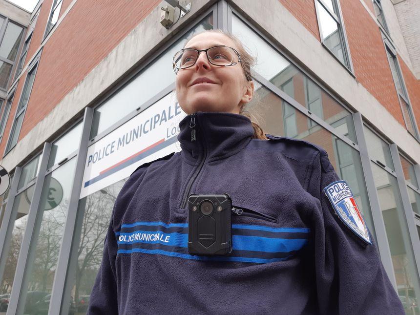 La gardien brigadier Élise Capillon porte la caméra- piéton de la police municipale de Louviers. Elle a déjà servi une fois