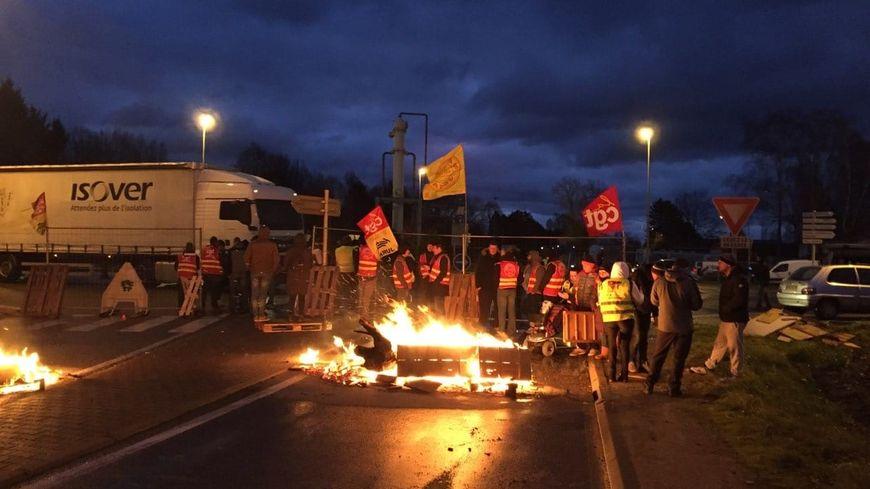 L'entrée des camions à l'usine Solvay à Tavaux, dans le Jura est bloquée par des opposants à la réforme des retraites.