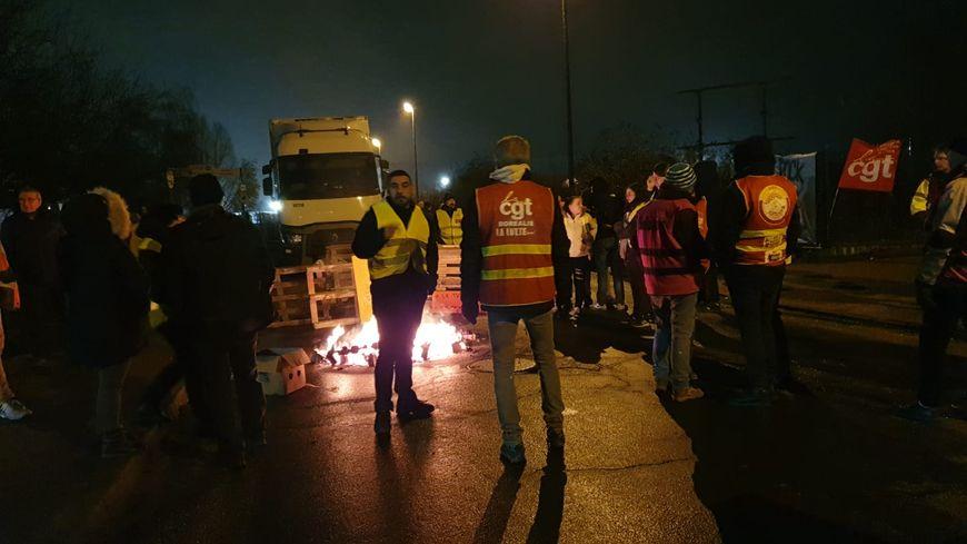 Des militants CGT et des gilets jaunes mobilisés depuis l'aube ce jeudi matin à Saint Etienne du Rouvray
