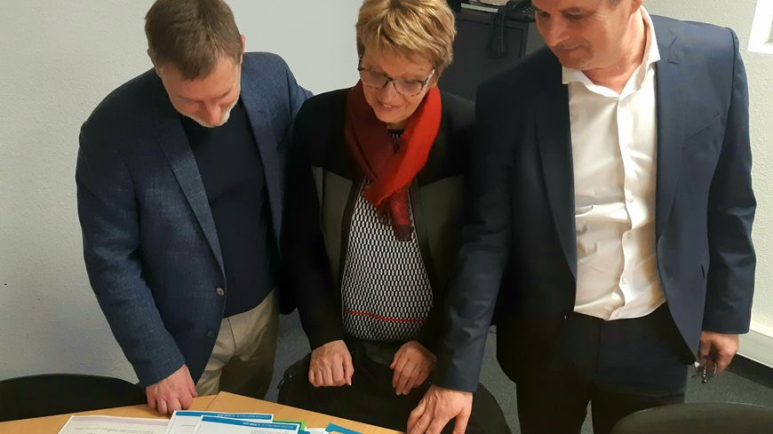 Rose-marie Bertaud, candidate à Vivonne, entourée de Xavier Posson et Laurent Franchineau, respectivement chargé de développement et PDG de Cap Municipales.