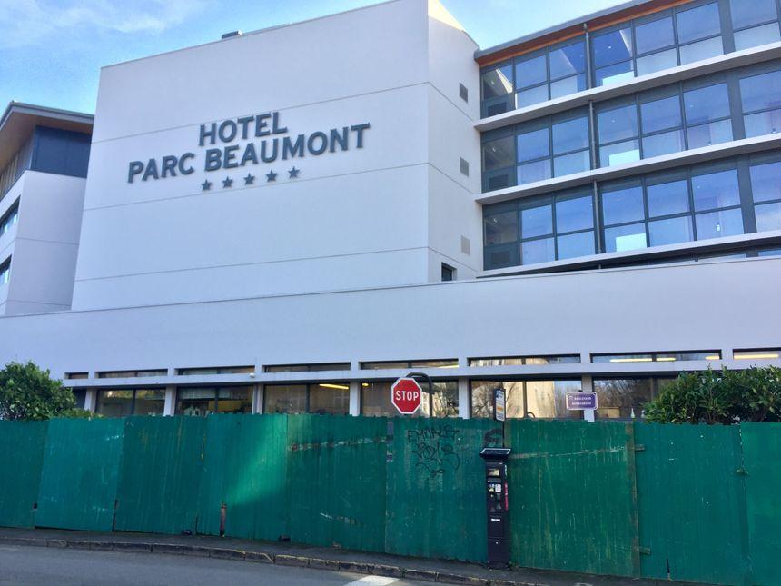 L'Hôtel du Parc Beaumont, entouré de palissades pour la venue des joueurs du PSG.