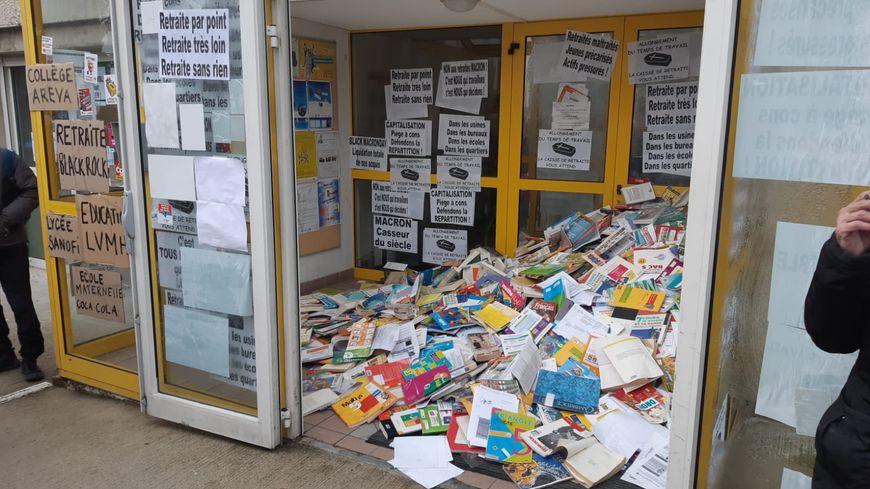 Des profs ont jeté leurs manuels scolaires devant les bureaux de l'inspection d'académie à Aubenas