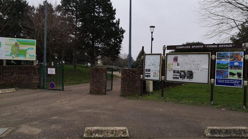 Le club du FC Magnanville est sous le choc après la mise en examen d'un entraîneur pour viols sur des jeunes du club de football des Yvelines.