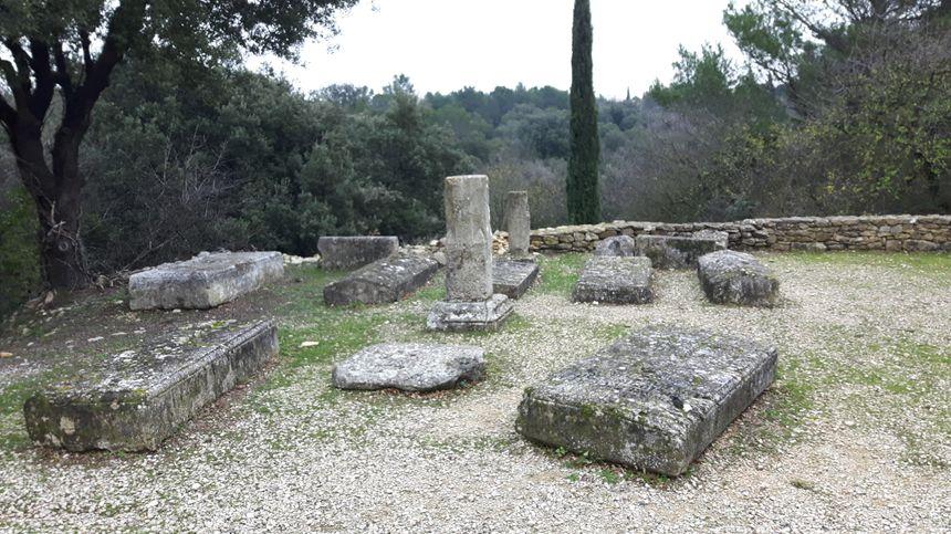 l'ancien cimetière derrière la chapelle romane du XIème siècle sur les hauteurs de Vénéjan
