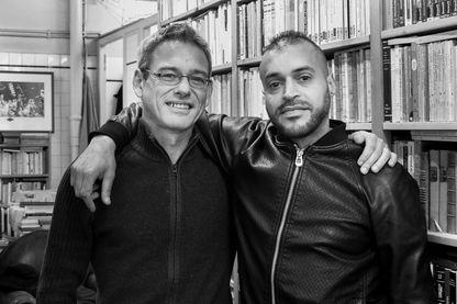 """Mohamed avec l'anthropologue Laurent Bazin, à l'espace Shakirail, où ils travaillent à l'écriture du livre """"Le retour du refoulé"""""""