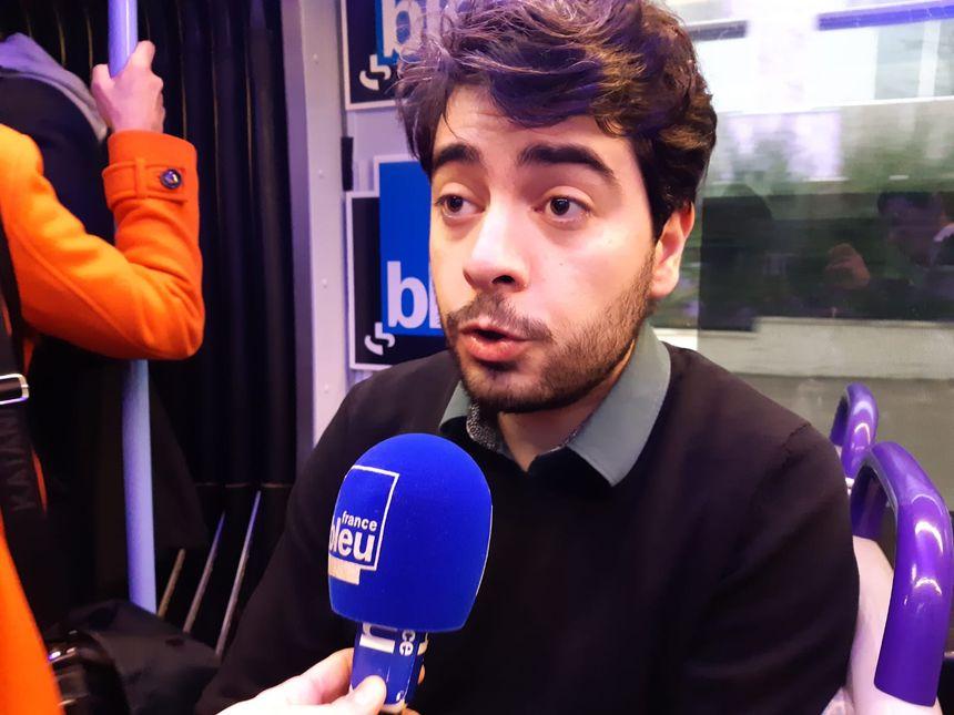 """Valentin Pelé, de la liste """"Décidons en commun"""" (France insoumise), dans le tramway à Orléans, le 30/01/2020"""