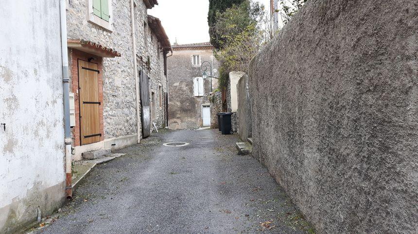 Dans les rues de Corconne en direction du restaurant L'Alisson pour y retrouver Bruno le propriétaire des lieux