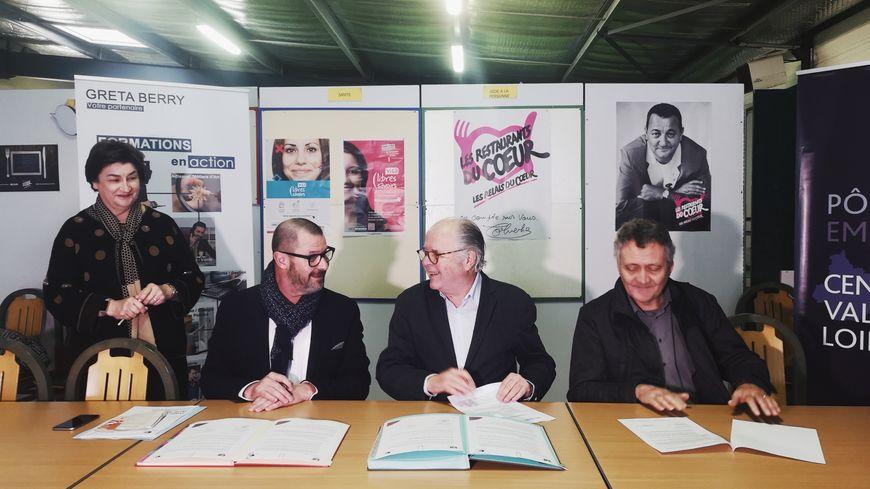 Signature d'un partenariat entre Pôle emploi Berry (Dominique Laroche, 2e à gauche) et Les Restos du Coeur de l'Indre (Alain Genier, 2e en partant de la droite) pour favoriser le retour à l'emploi.