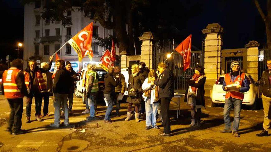 Une dizaine de militants bloque l'accès principal de la préfecture pendant que le préfet présente ses voeux à Chambéry le 10 janvier.