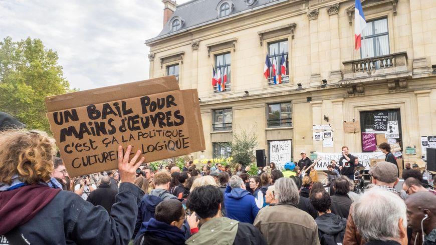 Rassemblement devant l'hôtel de ville de Saint-Ouen le 12 octobre 2019 contre l'expulsion de Mains d'Œuvres