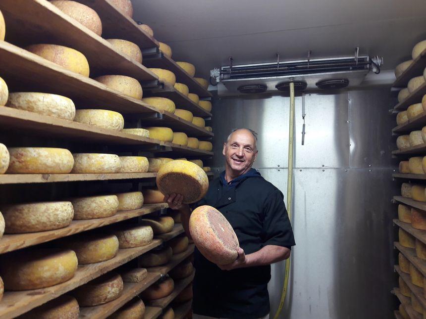 Christian Gimbrède  dans la cave à fromage