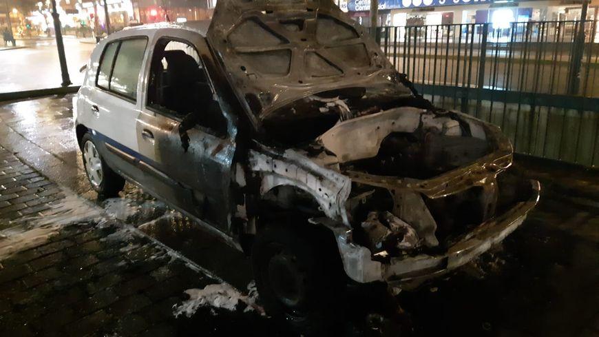 Une voiture du STAR incendiée esplanade Charles de Gaulle à Rennes en marge de la retraite aux flambeaux