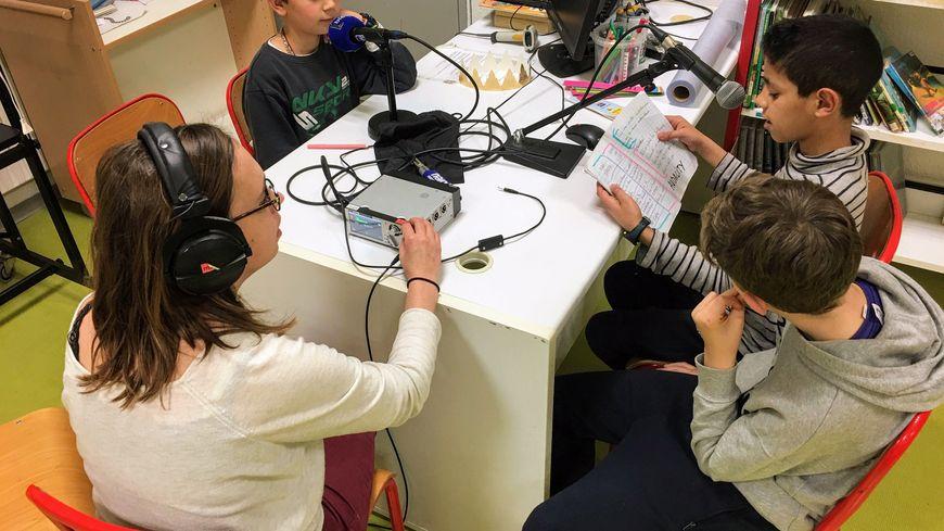 Louka, Alyi et Hadrien enregistrent leur papier dans le studio improvisé dans la bibliothèque de l'école Winston Churchill à Montpellier