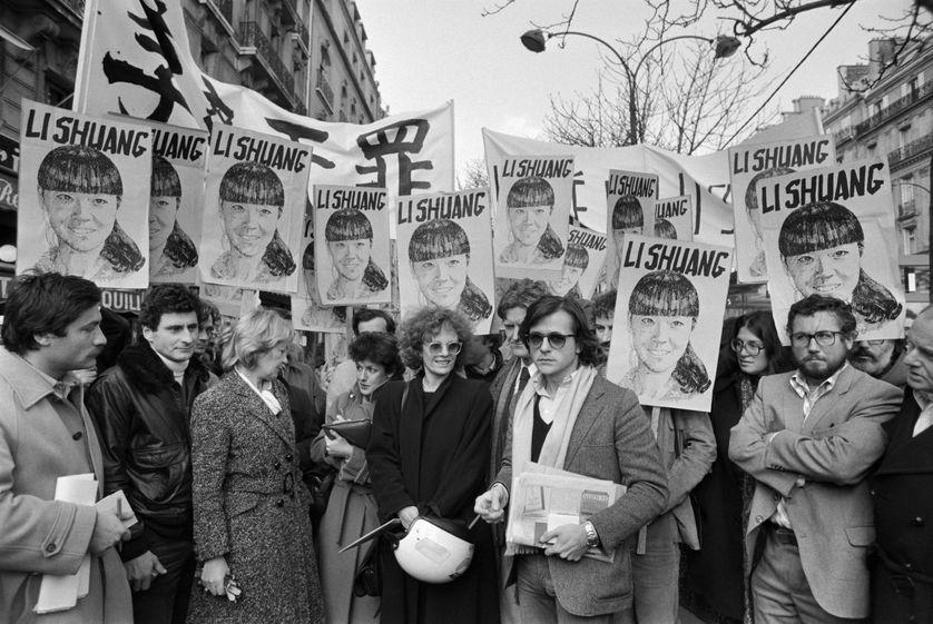 Delphine Seyrig et le directeur de théâtre Patrice Chereau à Paris le 26 novembre 1981 lors d'une manifestation devant l'ambassade de Chine pour la libération du peintre chinois Li Shuang