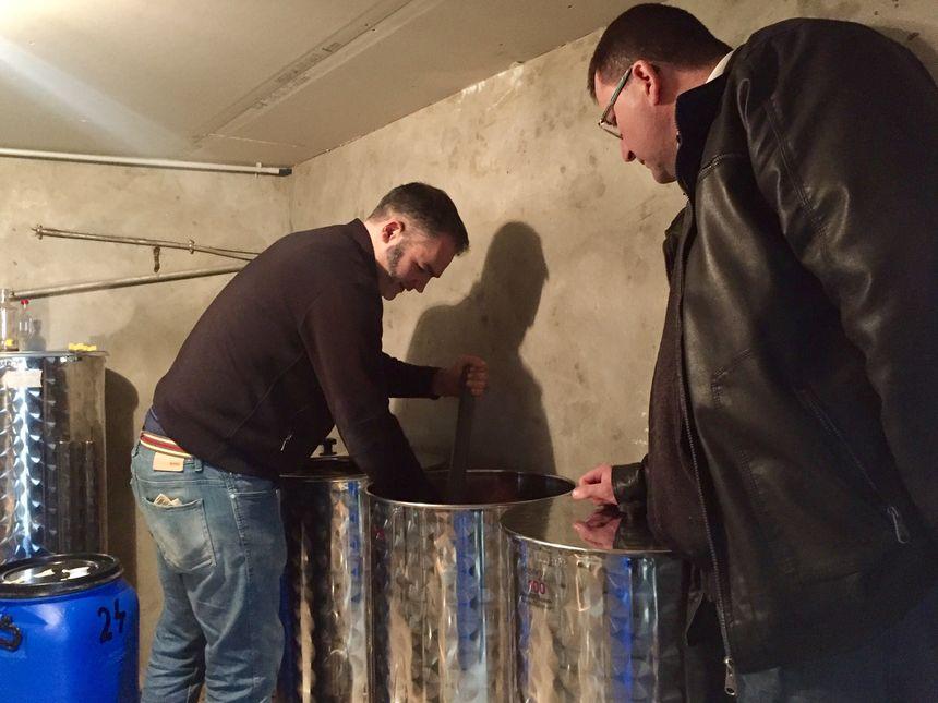 La macération de l'eau de vie de rillettes va durer un mois - Radio France