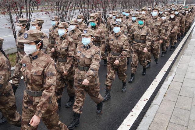 Une équipe de médecins militaires se dirige vers l'hôpital Jinyintan, à Wuhan. Trois équipes, composées au total de 450 militaires, s'activent dans trois hôpitaux de la ville.
